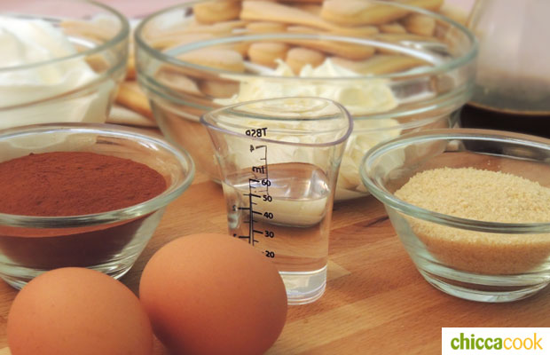 tiramisu ingredienti con uova
